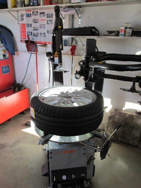 Reifenhandel, -reparatur, -einlagerung
